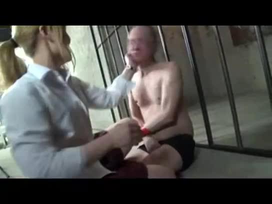 監禁部屋に横たわる中年M男を足蹴りやスパンキング責めしてストレス発散する女子校生